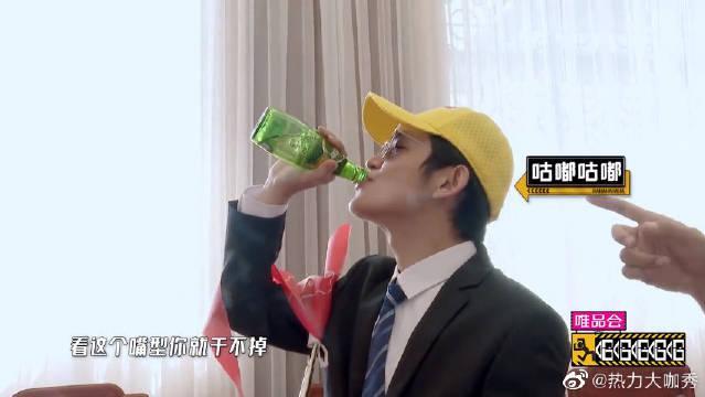 邓超行得好却不能吃美食 在机场VIP包间眼馋想喝水,被残忍拒绝!