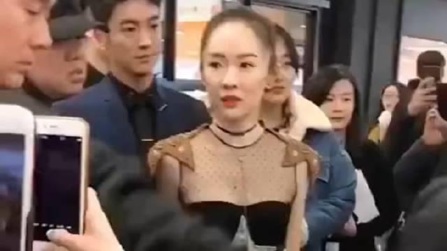 优酷拍到杜江帮霍思燕挡风,在街边用自己的衣服搂住她,太甜了吧