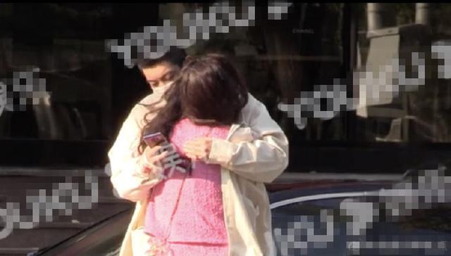 霍思燕为防寒当街扎入老公怀里,杜江用衣服紧护老婆十分贴心