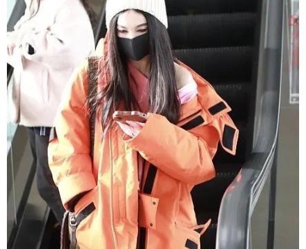 54岁温碧霞裹棉衣现身机场,零下六度还露香肩,网友:不冷吗?