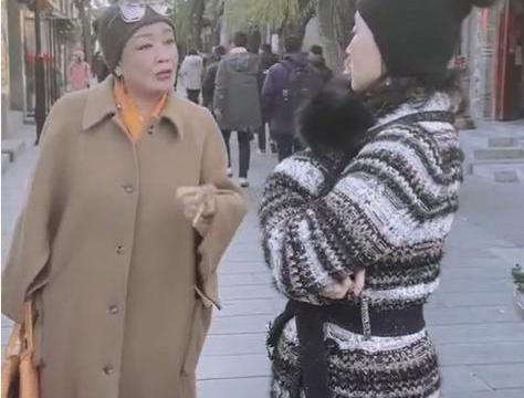 张兰不愿当个普通老人,穿白色羽绒服西装裤,打扮的挺时髦啊