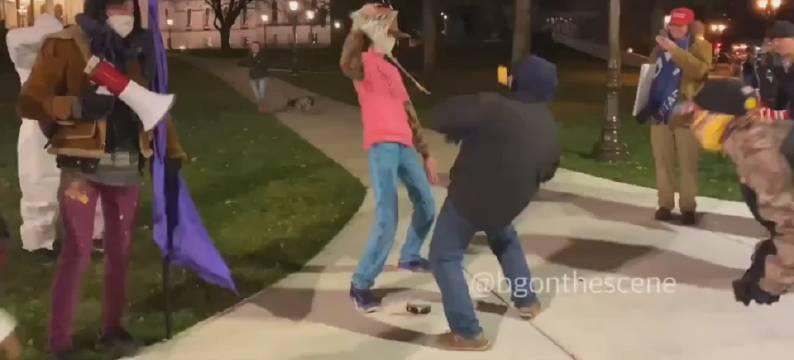 抗议者跟川粉在一起尬舞