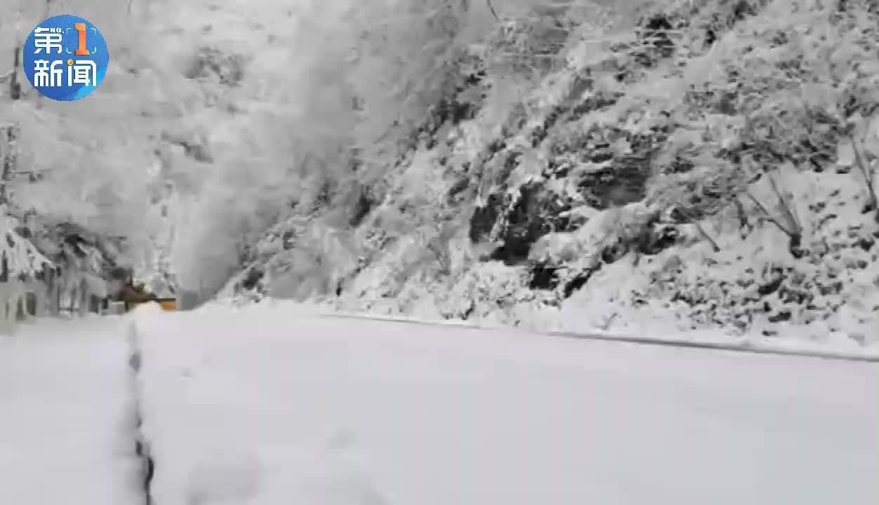 安康化龙山大雪 镇坪县公路管理段积极除雪保畅通