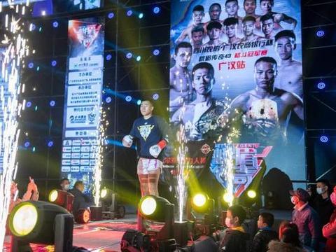 白俄罗斯冠军弗拉基米尔来势汹汹,遭王澳港一拳爆肝,一回合KO