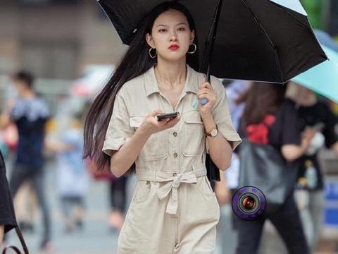 穿靴子的季节到了,美女用马丁靴搭配工装连体裤,展现酷飒之美