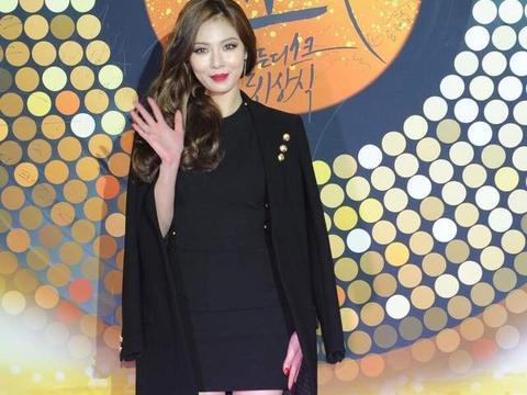 28岁韩国女星泫雅晒近照,和男友合拍CK圣诞节限量版宣传照