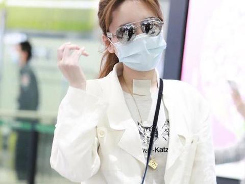 38岁金莎现身机场,一身白秀80后风格穿搭,意外的时髦好看