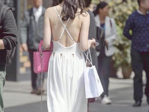 小姐姐不但皮肤白,选择的裙子更白,就像童话里走出来的公主一样