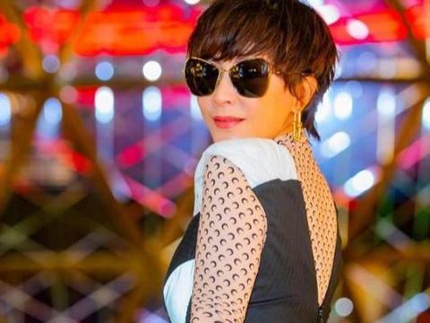 刘嘉玲七旬母亲现身,开衫内搭波点裙气质端庄,同框女儿像大姐姐