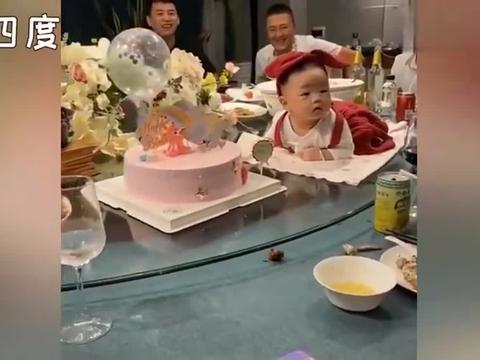 """最萌""""娃娃菜""""!一家人欢聚一堂百天宝宝趴在蛋糕旁配合拍照"""