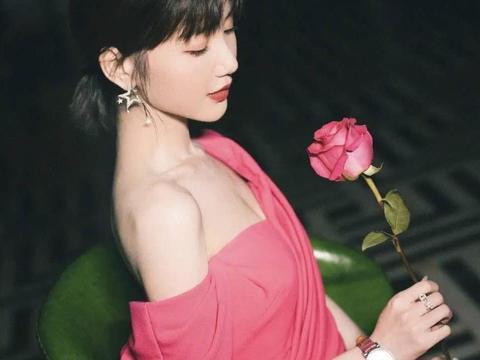 毛晓彤越来越性感,穿粉色长裙秀香肩真优雅,陈翔真是走宝了