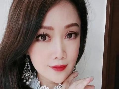 51岁港姐梁小冰晒近照,眼大无神红血丝严重,复出捞金被吐槽?