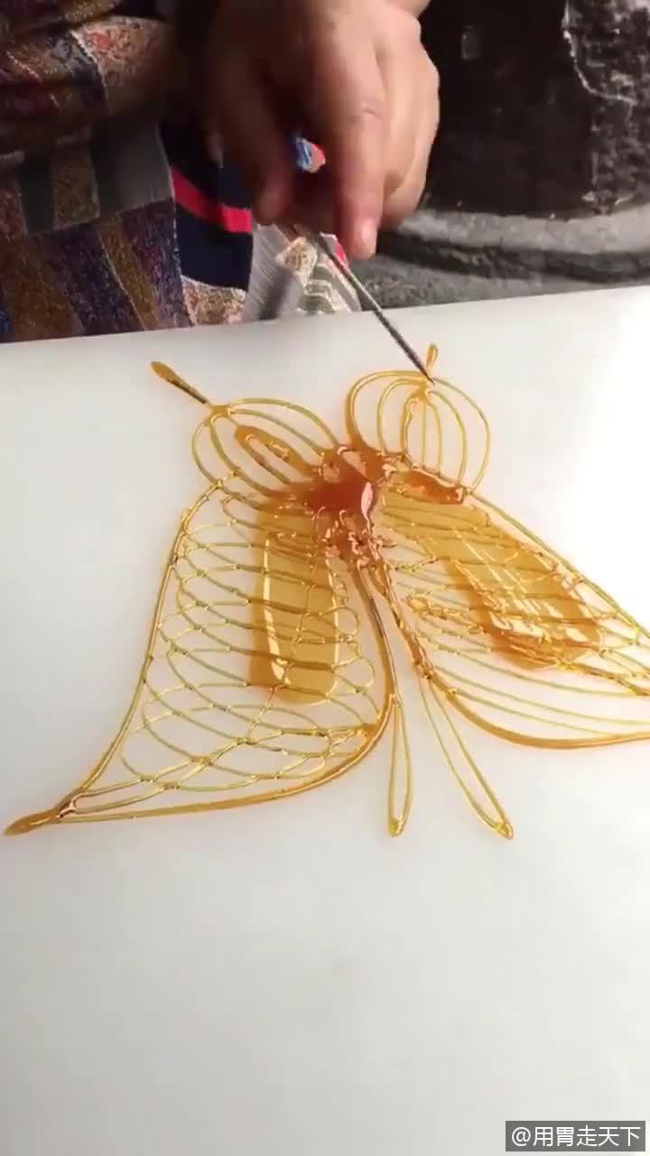 """大娘卖糖人几十年了,这蝴蝶做的也太像了!真害怕让它""""飞""""走了"""