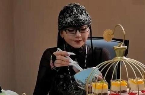 杨丽萍受邀试吃,端着空碗做样子一口不吃,连品牌方都看不下去了