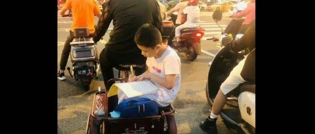 """三亚一小学生三轮车上写作业,网友称他""""用功弟"""""""
