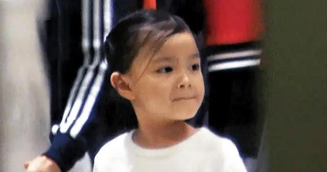 刘德华八岁女儿入院,由妈妈爷爷陪着检查心脏,华仔暂未能返港