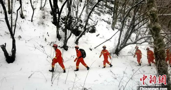 湖北神农架:风雪中的大山护林人