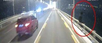 见大桥栏杆上坐了一个黑影,公交司乘一起做了这事,视频还原惊险现场!