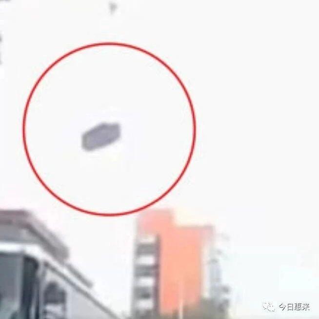 事发瞬间曝光!潮汕某工地建材高空坠落砸埋小车造1死4伤!