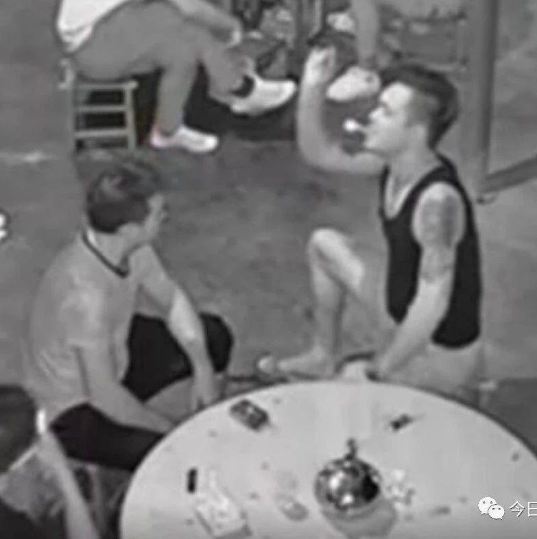 男子将烟盒朝邻桌男子扔去,下一秒就遭3人暴打