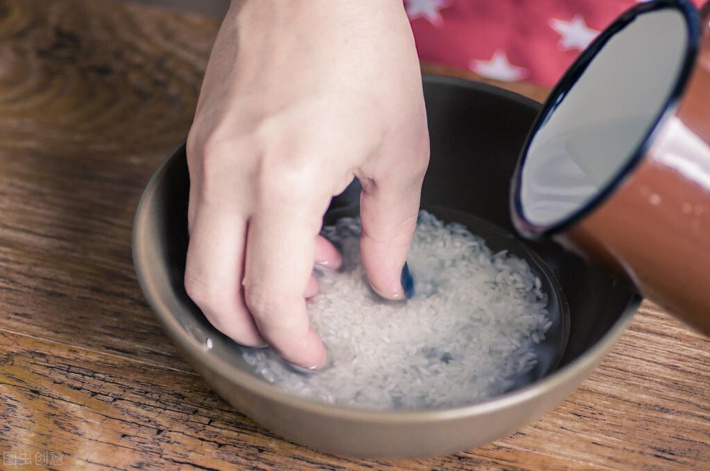 蒸米饭时别只加清水,记住这5个小技巧,蒸出来的米饭又香又松软