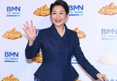 倪萍瘦下来是真有气质,穿一身西服套裙,感觉又美回了20年前!