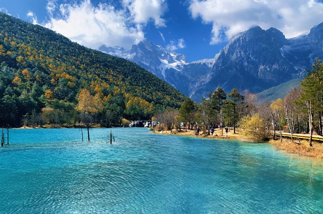 云南有个小九寨沟,因湖水湛蓝、山谷呈月牙状