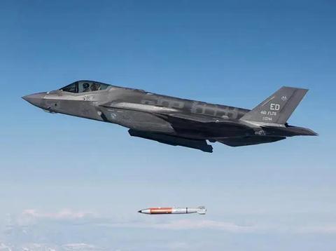 美F35投掷核弹视频画面,首次解密公开,炸弹在空中旋转直奔目标