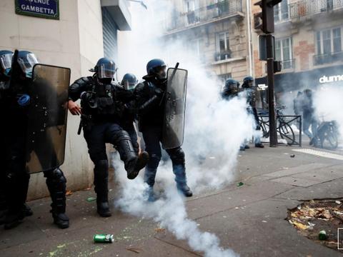 法国抗议者重返街头,谴责警察的暴力行为,并与警方发生冲突