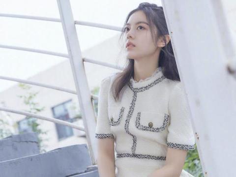 """赵今麦美成""""初恋女友""""模样,穿小香风连衣裙甜美时髦,漂亮大气"""