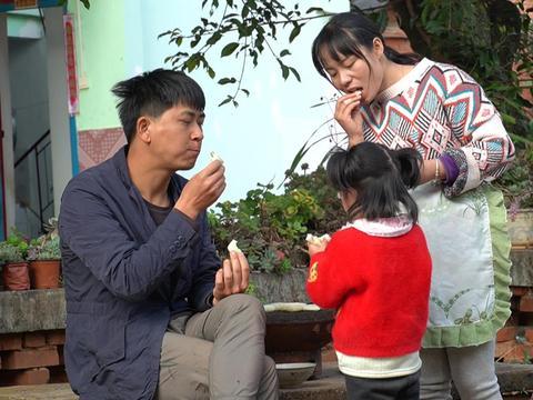 野光媳妇今天烤糍粑,云南人的口味,全家人都爱吃