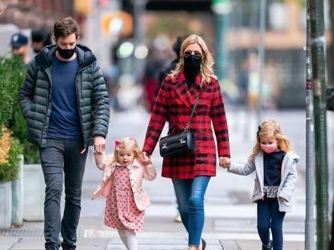 妮基·希尔顿携手老公带娃出街,两位小萌娃一头金发萌态十足