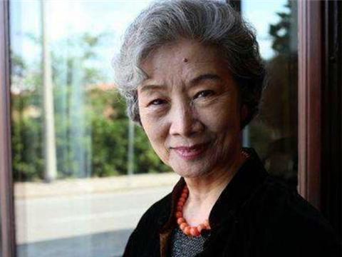 她47岁才进影视圈,家庭条件不错,今80岁满头白发,还在坚持拍戏