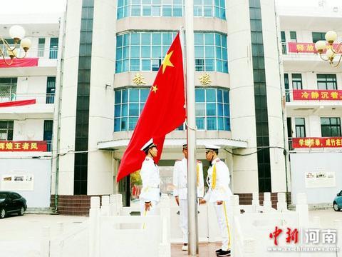 许昌实验中学初三年级举行升旗仪式暨期中考试表彰大会