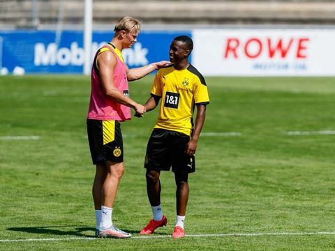 赖特:曼联签卡瓦尼只是勉强填补空缺,为何不签哈兰德桑乔呢?