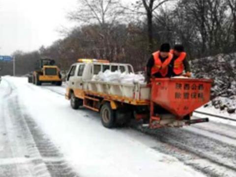 咸阳北部县区公路段快速响应 夜除冰雪保安畅