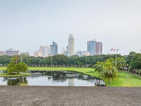 贫富差距极大的世界闻名城市:穷人睡路边上,富人在公园打高尔夫