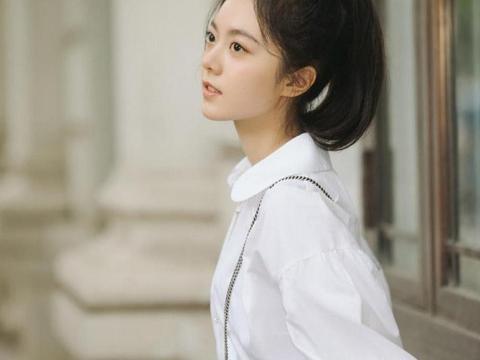 赵今麦18岁已经是人生赢家,穿白衬衫配短裙眼神清澈,气质灵动