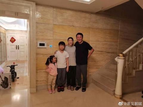 优秀!郭斌感念家人付出,王楠陪4岁女儿苦练,儿子坐一旁写作业
