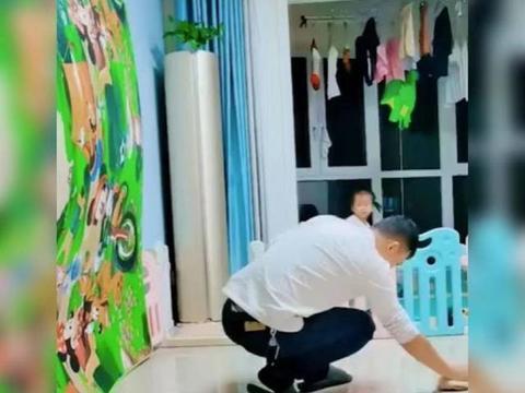 小女孩为爸爸挡住倒下的垫子获高赞,网友:真的是暖心的小棉袄啊