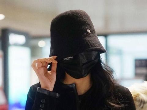 欧阳娜娜边走边为粉丝签名亲和力爆棚,一身黑色look美又飒