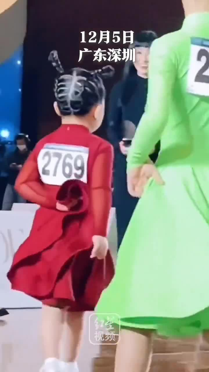 萌娃参加拉丁舞比赛表情严肃又认真……