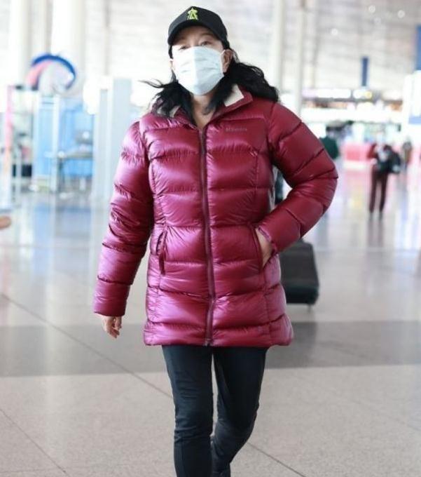 65岁刘晓庆脸咋了?戴口罩仍盖不住坑洼,穿大红棉袄变肉粽子