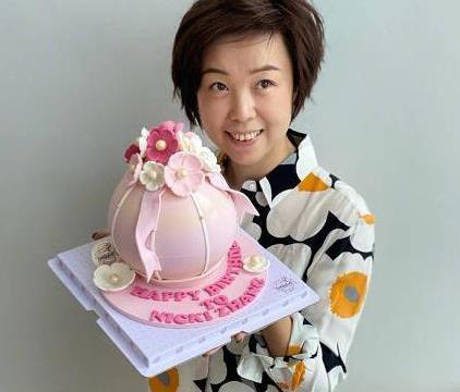 张怡宁喜迎39岁生日!小儿子穿卡通短袖首次露正面,炸毛发型超萌