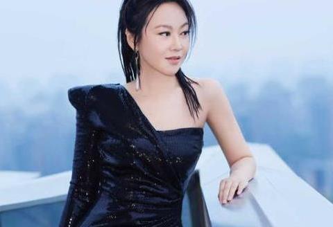 闫妮越老越惊艳!一袭黑色亮片修裙凹造型,完美腰臀比太迷人