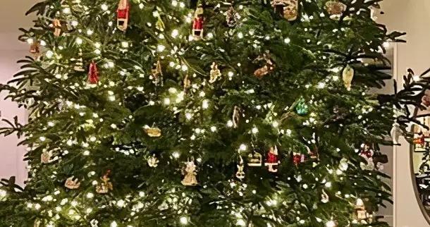 凯莉·詹纳穿粉红迪奥服装,眼神冷酷犀利,期待圣诞来临