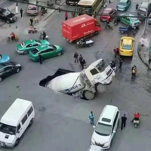 路面塌陷,水泥罐车坠入大坑