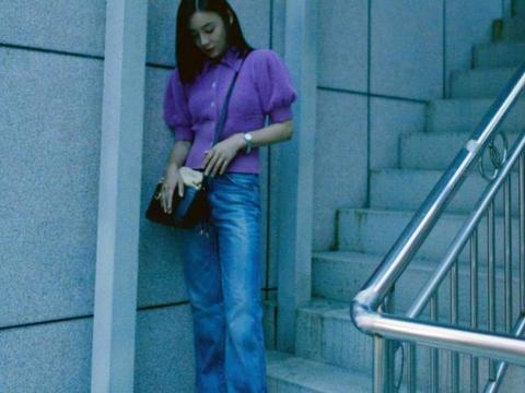 袁姗姗把秀细腰贯彻整个秋季穿搭!穿香芋紫针织上衣,细腰好迷人