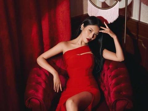 大嫂徐冬冬这身材比例国内少见,穿红色紧身裙配黑长直,气质惊艳