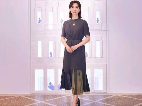 陈数的高级穿搭来袭,身穿一袭简约精致的连衣裙,气质优雅高贵
